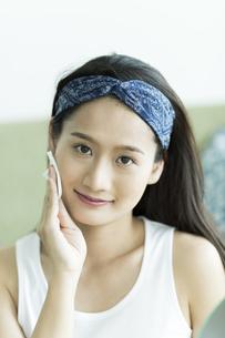 若い女性のスキンケアイメージ FYI00491799