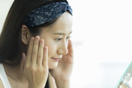 若い女性のスキンケアイメージ FYI00491806