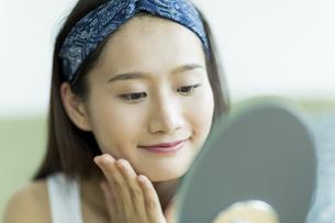 若い女性のスキンケアイメージ FYI00491820