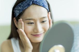 若い女性のスキンケアイメージ FYI00491823