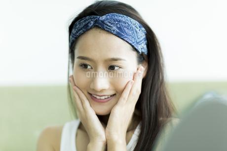若い女性のスキンケアイメージ FYI00491824