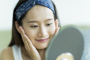 若い女性のスキンケアイメージ FYI00491828