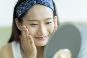 若い女性のスキンケアイメージ FYI00491830