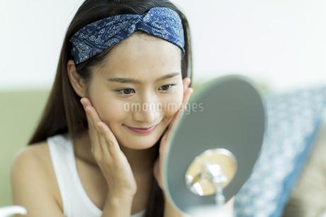 若い女性のスキンケアイメージ FYI00491832