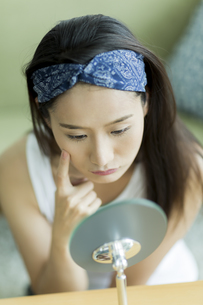 若い女性のスキンケアイメージ FYI00491836