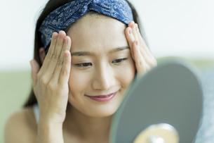 若い女性のスキンケアイメージ FYI00491837
