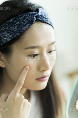 若い女性のスキンケアイメージ FYI00491840