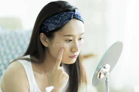 若い女性のスキンケアイメージ FYI00491845