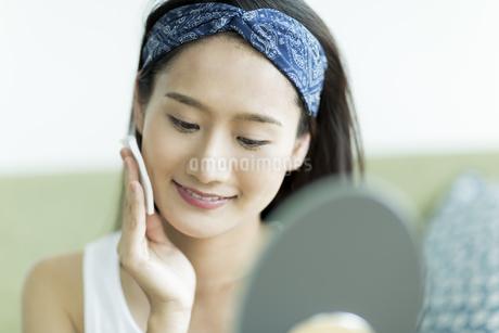 若い女性のスキンケアイメージ FYI00491851