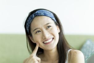 若い女性のスキンケアイメージ FYI00491856