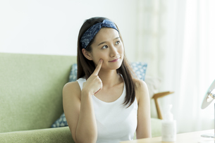 若い女性のスキンケアイメージ FYI00491859