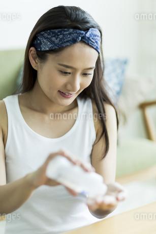 若い女性のスキンケアイメージ FYI00491866