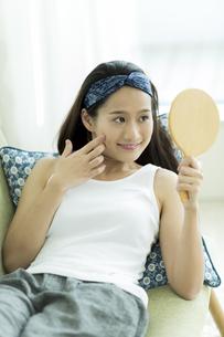 若い女性のスキンケアイメージ FYI00491867