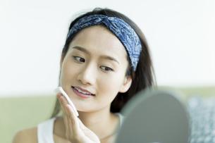 若い女性のスキンケアイメージ FYI00491871