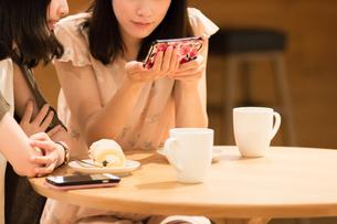 カフェでくつろぐ女性の素材 [FYI00491879]