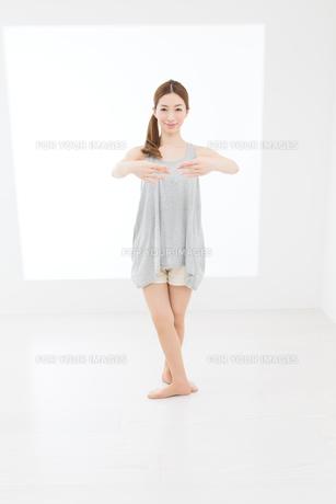 ヨガポーズの女性 FYI00493430