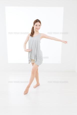 ダンスポーズの女性 FYI00493442