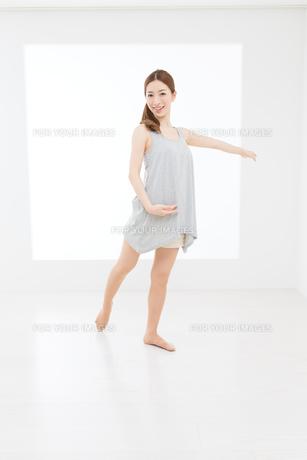 ダンスポーズの女性 FYI00493447