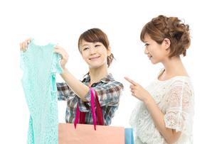 服を選ぶ女性二人 FYI00494680