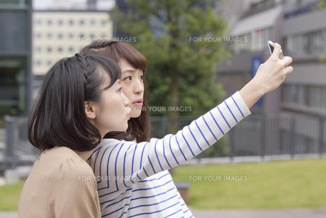自撮りする女性2人 FYI00495418