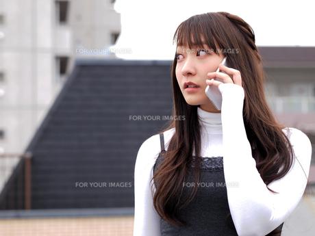 スマホで通話をする女性 FYI00495490