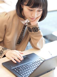 パソコンを操作する女性 FYI00495491