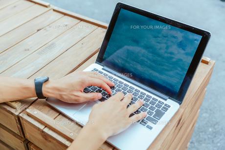 パソコンのキーボードを叩く男性の手 FYI00495495