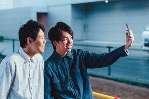 自撮りを行う男性二人 FYI00495536