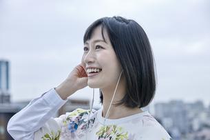 音楽を聴く笑顔の女性 FYI00495559