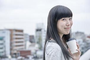 コーヒーを飲む笑顔の女性 FYI00495564