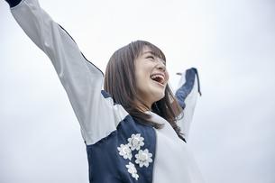 楽しそうな笑顔の女性 FYI00495594