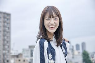 楽しそうな笑顔の女性 FYI00495596