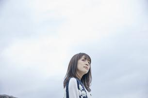 空を見上げる女性 FYI00495597