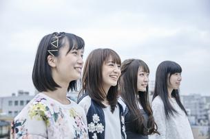 空を見る女性4人 FYI00495606