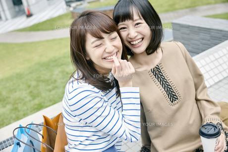 笑顔の2人の女性 FYI00495641