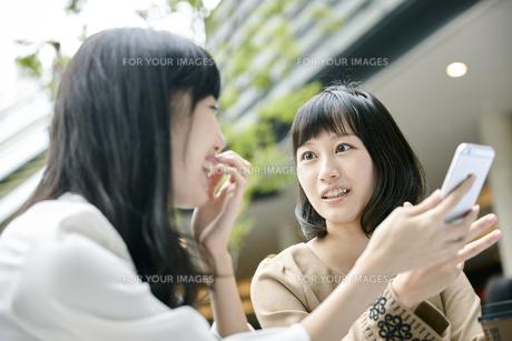 カフェでおしゃべりをする女性2人 FYI00495657