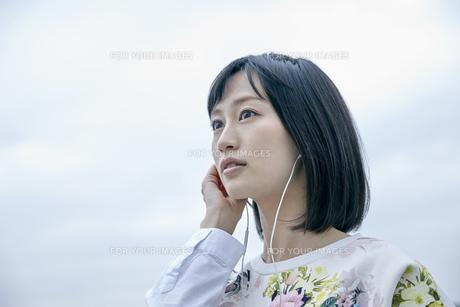 音楽を聴く女性 FYI00495685