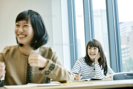 授業を受ける女性 FYI00495697