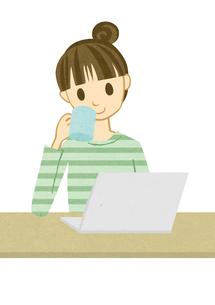 ノートパソコンを開く女性 FYI00495951
