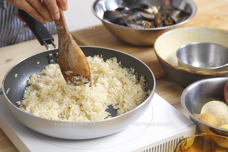 米を炒める女性の手元 FYI00497254