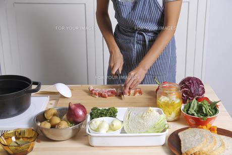 ベーコンを切る女性 FYI00497264