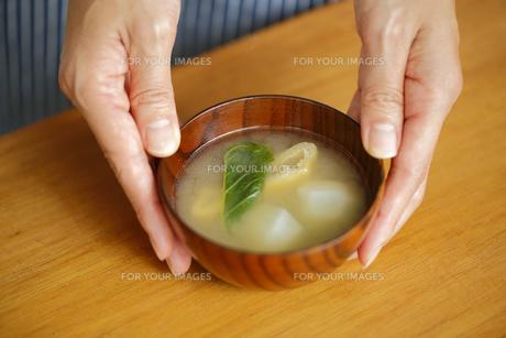 味噌汁を置く女性の手 FYI00497272
