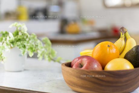盛られたフルーツのあるキッチン FYI00497288