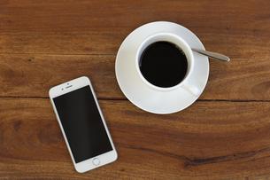 スマホとコーヒーカップ FYI00497290