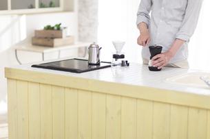 キッチンでコーヒーを入れる男性 FYI00497312