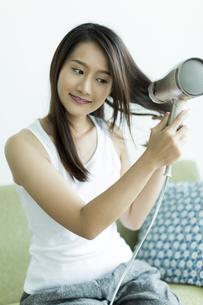 ドライヤーで髪を乾かす若い女性 FYI00497334