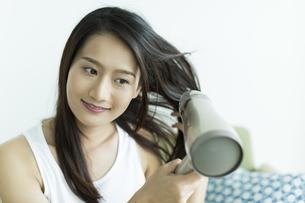 ドライヤーで髪を乾かす若い女性 FYI00497337