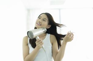 ドライヤーで髪を乾かす若い女性 FYI00497348