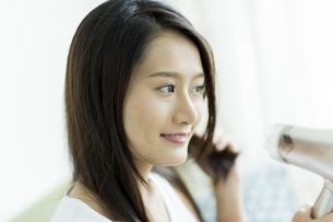 ドライヤーで髪を乾かす若い女性 FYI00497361