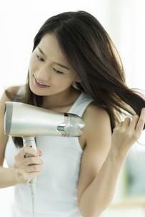 ドライヤーで髪を乾かす若い女性 FYI00497362